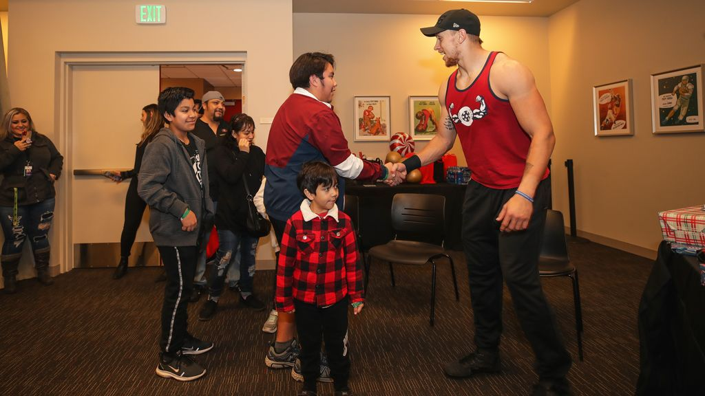 December 30: 49ers Tight Ends Welcome Family to Levi's® Stadium for Holiday Gift Giving