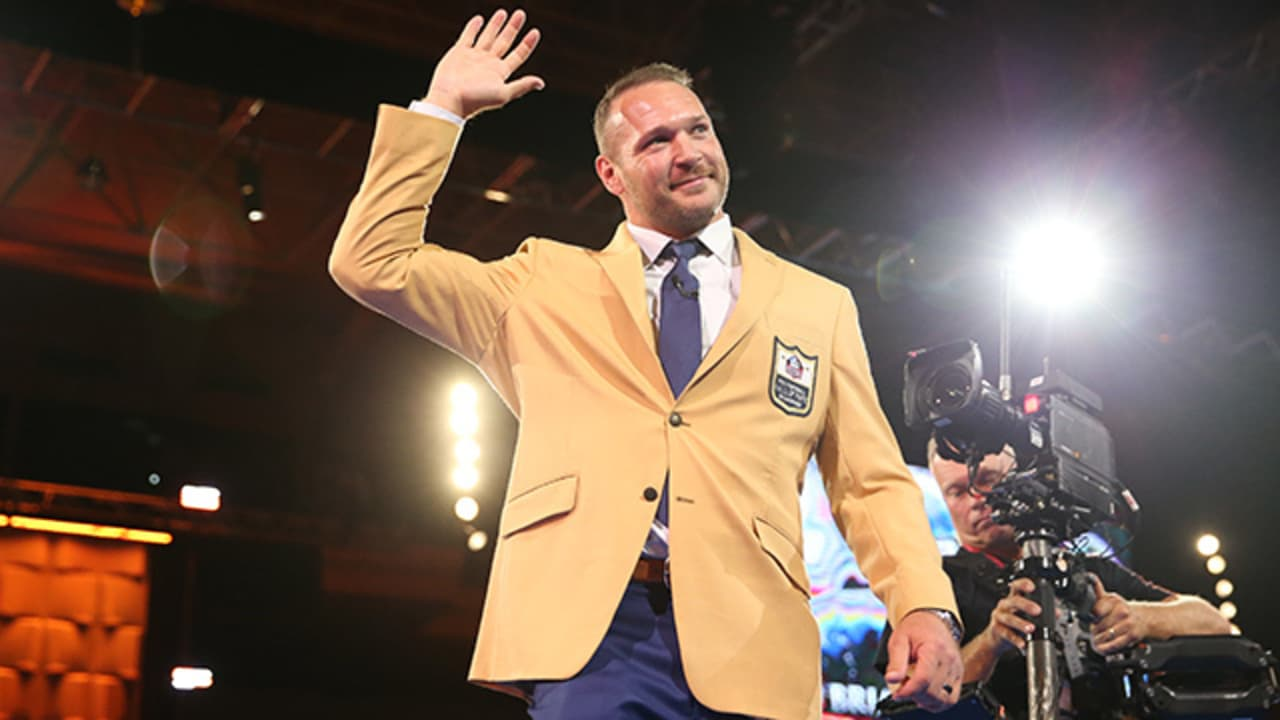 sports shoes e5f29 d6783 Hall of Fame linebacker Brian Urlacher receives his gold jacket