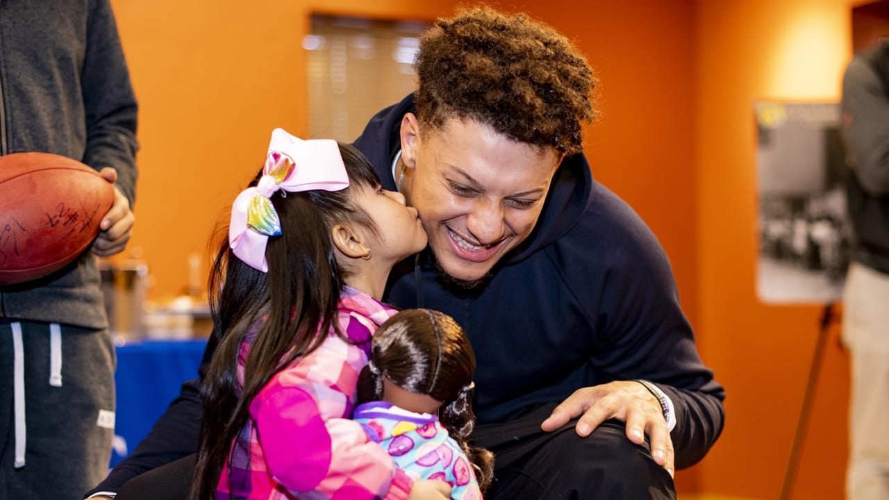 Chiefs Qb Patrick Mahomes And Te Travis Kelce Surprise A