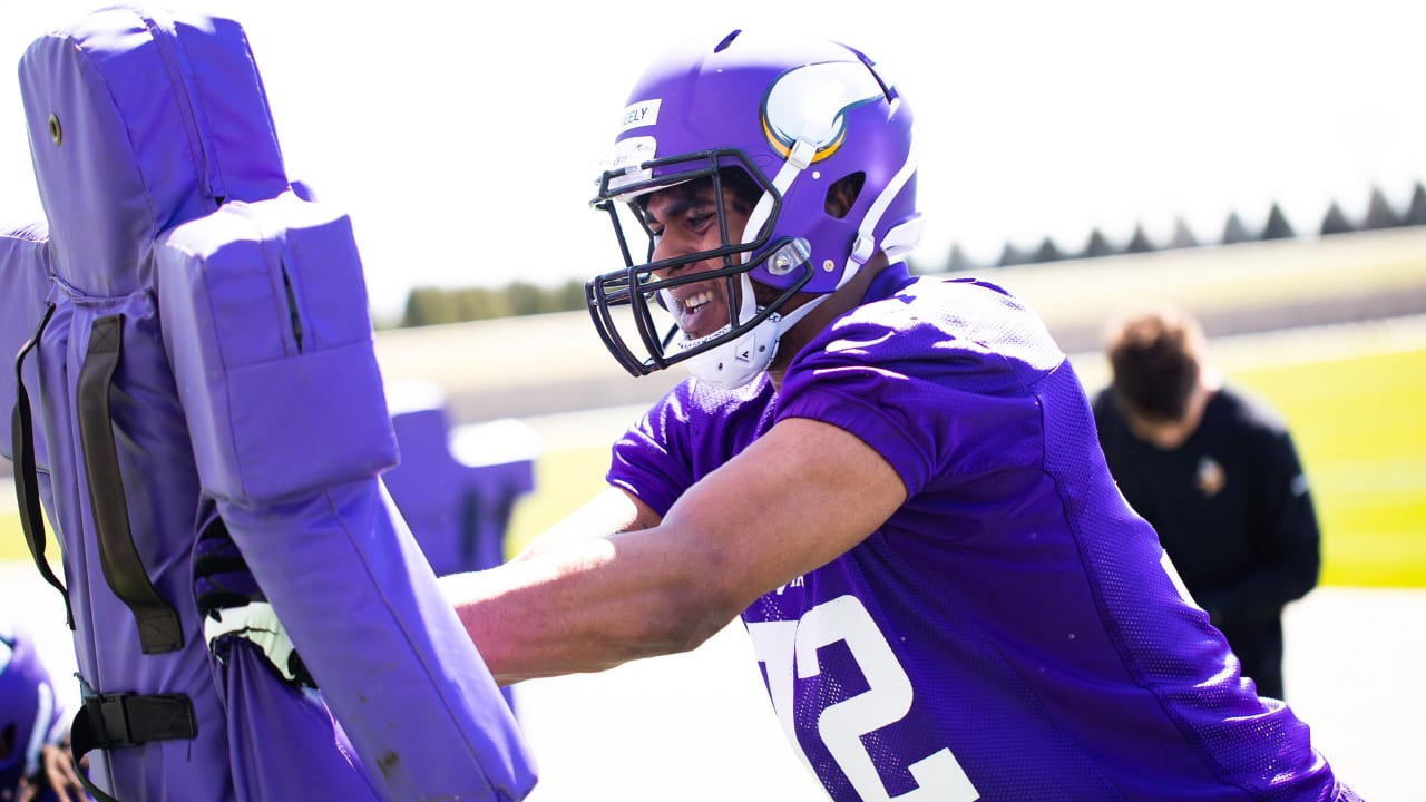 Vikings Sign Rookie Tryout DE Stacy Keely
