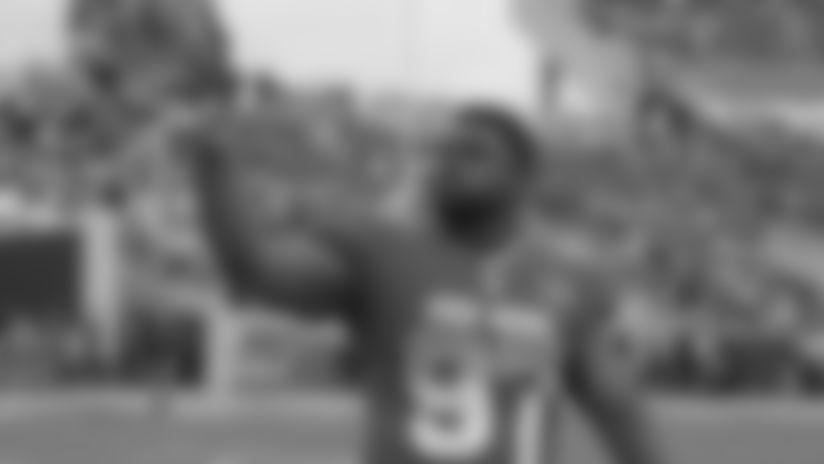 180123-Atkins-Geno_salute_fans_Pro_Bowl (AP)