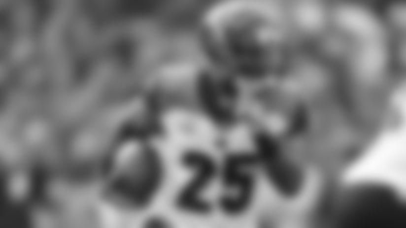 Cincinnati Bengals halfback Giovani Bernard (25) runs for yardage during a NFL football game. (Damian Strohmeyer via AP)