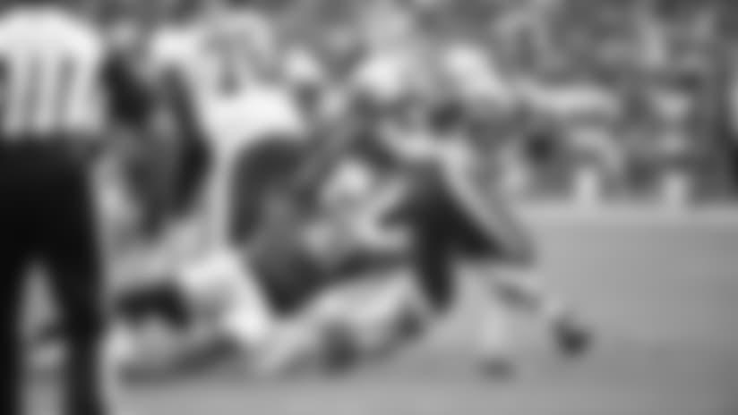 El safety Antoine Bethea intenta tacklear al corredor de Redskins, Adrian Peterson, durante la derrota de Cardenales 24-6 el domingo.