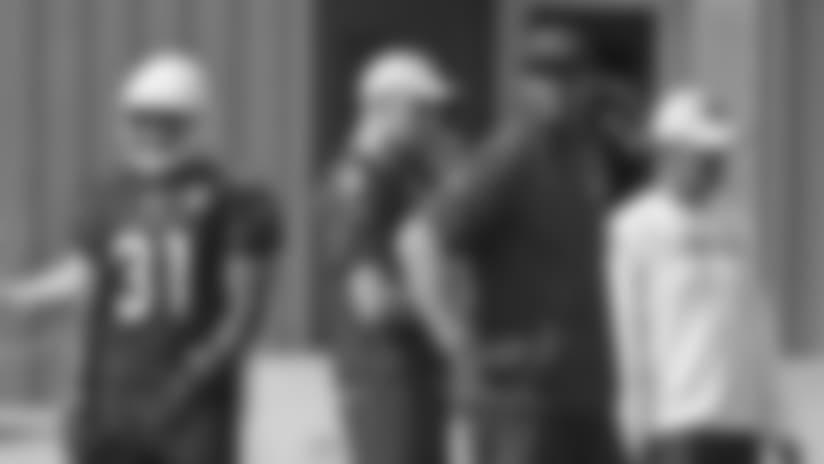 El lunes fue el primer día para Cardenales con el nuevo coordinador ofensivo Byron Leftwich (tercero de la izquierda), y se espera que el corredor David Johnson (31) esté más involucrado en el juego aéreo y el mariscal de campo Josh Rosen (3) fuera con el dedo del pie lesionado.