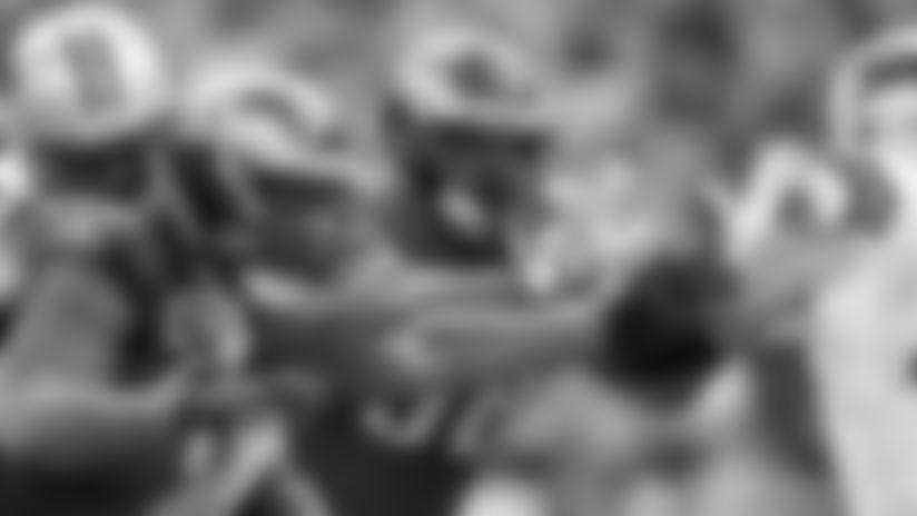 El liniero defensivo Bruce Hector disputando un partido la temporada pasada con Eagles.