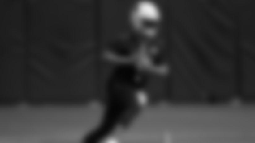 Kyler Murray, quarterback de Cardenales realiza ejercicios durante el primer día del campamento de entrenamiento del equipo en el Estadio State Farm.