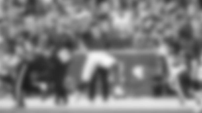 El receptor Larry Fitzgerald asegura una recepción de 27 yardas el domingo contra Washington.