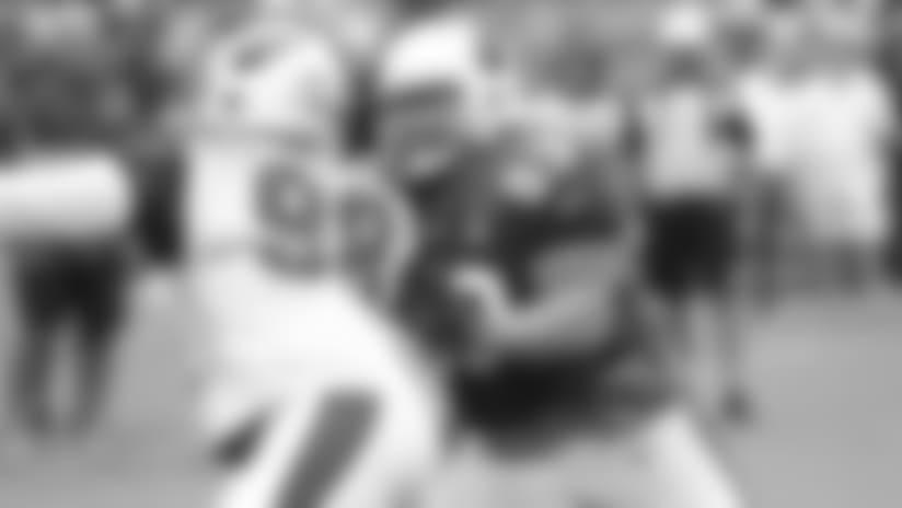 El centro A.Q. Shipley (53) combate contra el tackle defensivo Corey Peters al inicio del entrenamiento el sábado. Más adelante Shipley fue llevado a vestidores con una aparente lesión de rodilla.