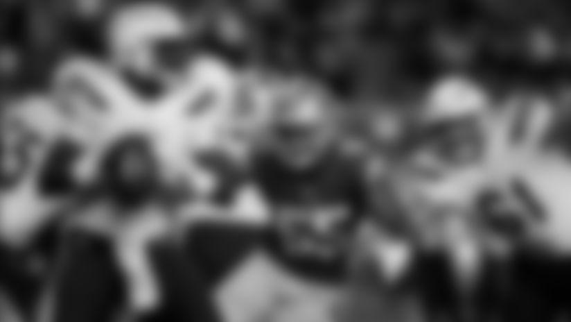 El mariscal de los Ángeles Chargers, Cardale Jones (7), busca lanzar mientras el linebacker de San Francisco 49ers, Pita Taumoepenu (55) embiste durante un partido de pretemporada de la NFL, el 30 de agosto del 2018 en Santa Clara, California.
