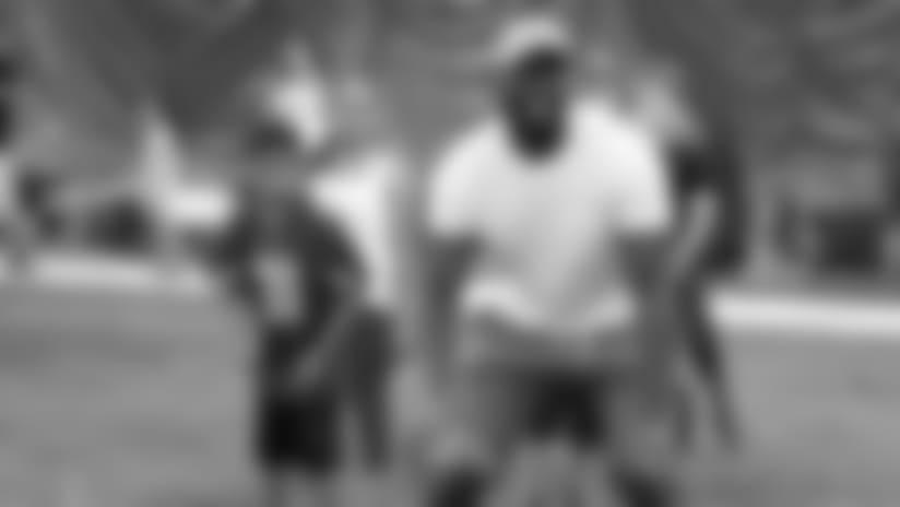 Chandler Jones se prepara para traspasar el balón durante el campamento para niños el sábado en Tempe.