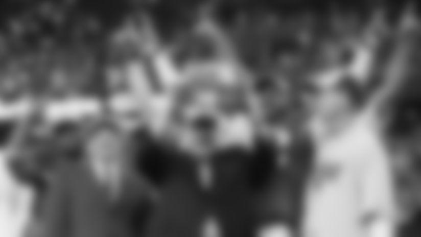 Bill Bidwill sostiene el Trofeo Halas después que Cardenales ganaron el campeonato de la NFC en 2008.