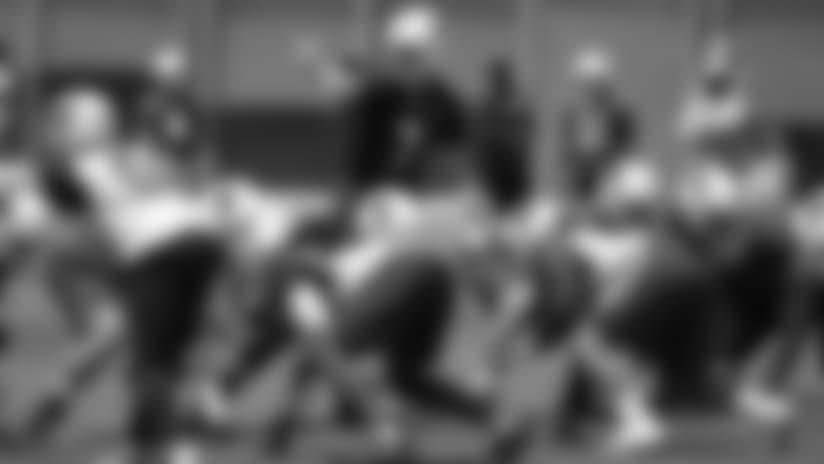 El mariscal Mike Glennon en la línea de golpeo durante uno de los trabajos de temporada baja