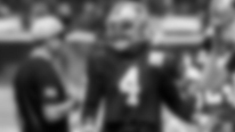Dak Prescott tuvo que abandonar el primer entrenamiento con utilería completa del campamento de pretemporada de los Dallas Cowboys.