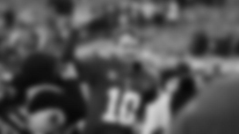188 体育 世界杯纽约的西部四分卫,两个月后,他在球场上,足球俱乐部,在橄榄球场上,威尔赛·威尔克斯。2015,纽约,207,在俄亥俄州·兰福德。照片……