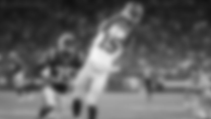 Daniel Jones drops 23-yard pass to Tate while being hit