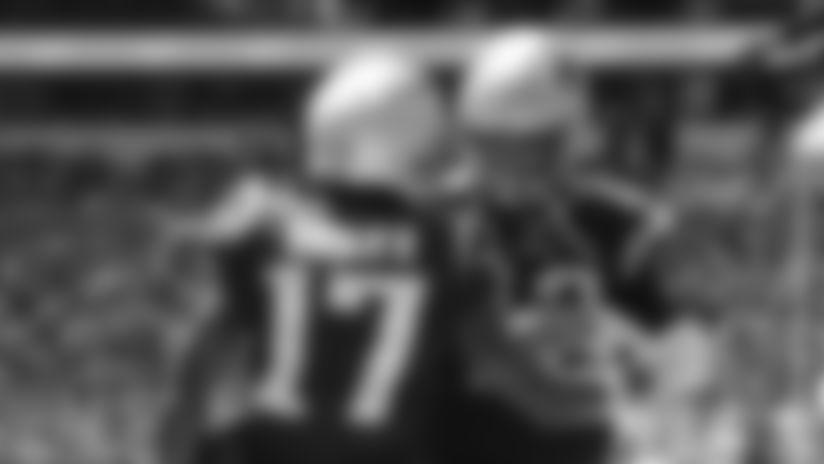 El quarterback de los Patriotas de Nueva Inglaterra Tom Brady y el wide receiver Antonio Brown celebran después del touchdown de Brown en la primera mitad del juego ante los Dolphins de Miami, el domingo 15 de septiembre de 2019, en Miami Gardens, Florida. (AP Foto/Lynne Sladky)