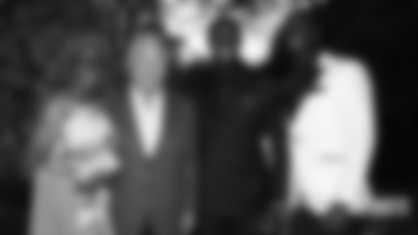 Die McCourty-Zwillinge, Mama Phyllis und Robert Kraft.