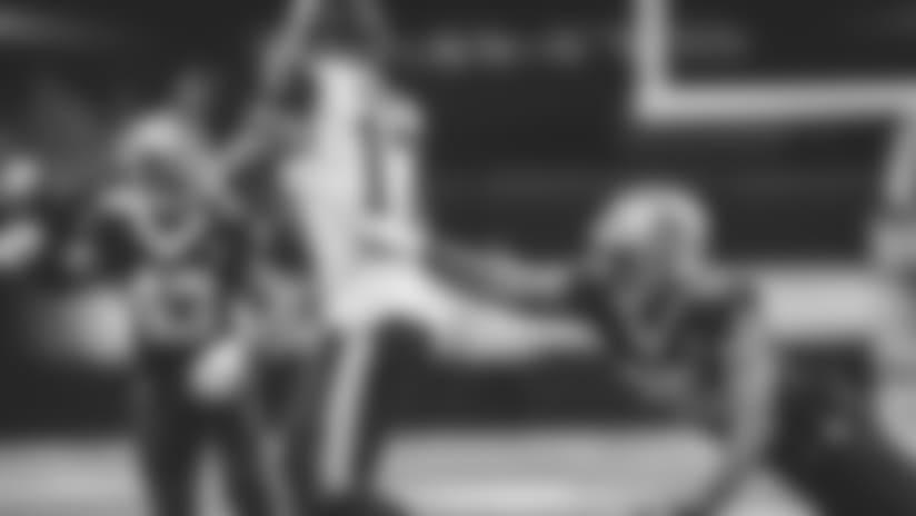 Robert Woods toe-taps along sideline for 17 yards