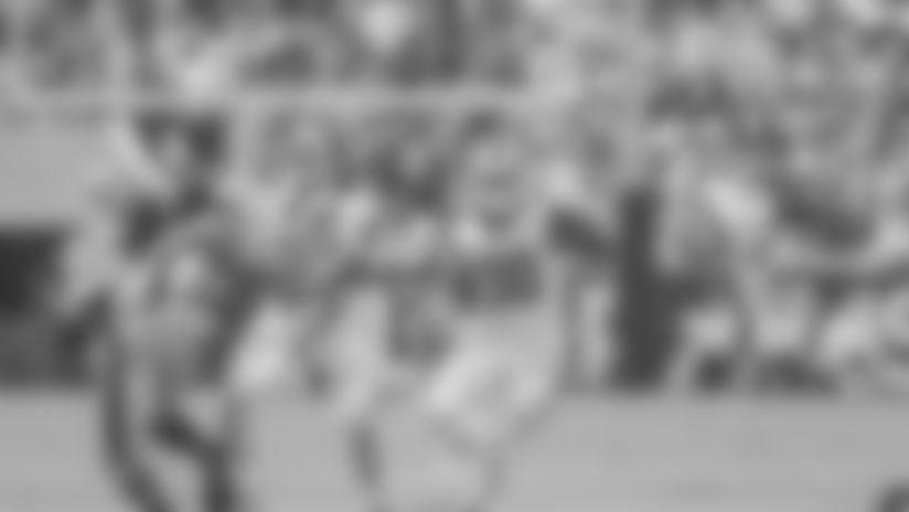 Gurley hurdles defender on 20-yard run