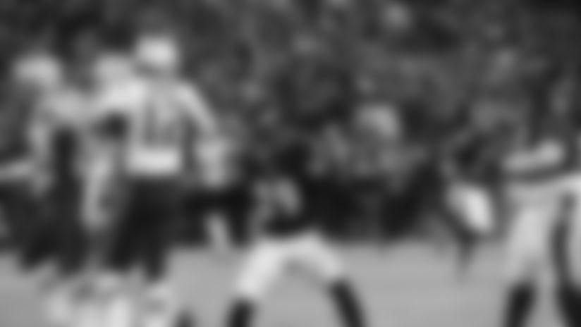 Highlight: Tom Brady High-Fives Earl Thomas After Near Sack