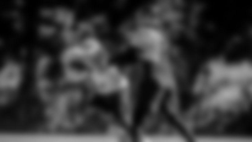 Kyle Allen hands off the ball to Peyton Barber during practice on Oct. 8, 2020. (Elijah Walter Griffin Sr./Washington Football Team)