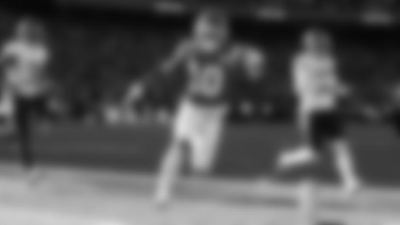 Tyreek Hill Scores on Speedy Fly-Sweep Touchdown