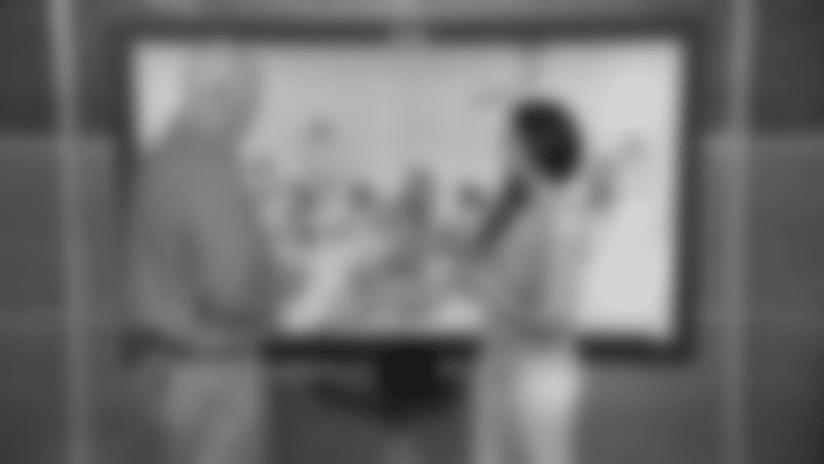 Bryan Broaddus Analiza Jugadas Del Liniero Ofensivo Joe Looney