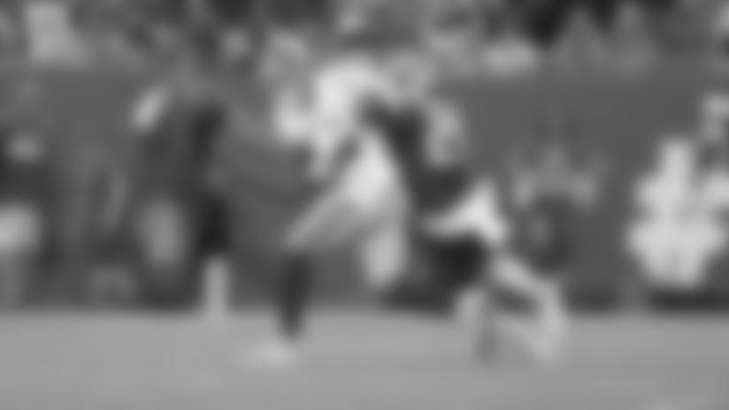 Daniel Jones evades the rush to deliver downfield strike to Darius Slayton