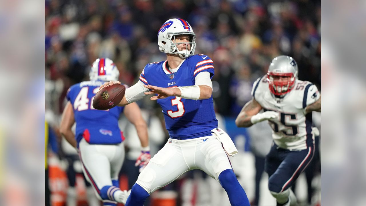 Buffalo Bills quarterback Derek Anderson (3) looks to throw down field. -   Buffalo Bills vs New England Patriots at New Era Field, October 29, 2018.  Photo by Craig Melvin