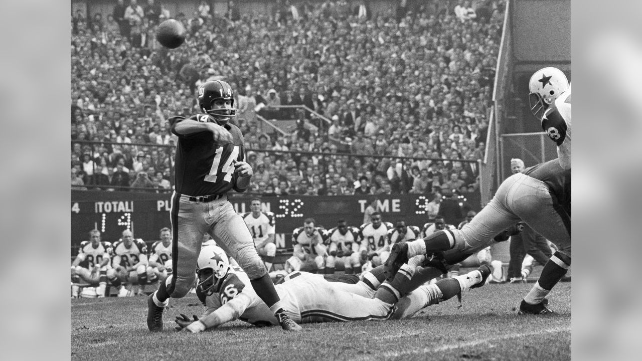 Y.A. Tittle directs a last minute shift in strategy as the big Giants line engages the Dallas Cowboys, Nov. 12, 1963. (AP Photo/Ruben Goldberg)