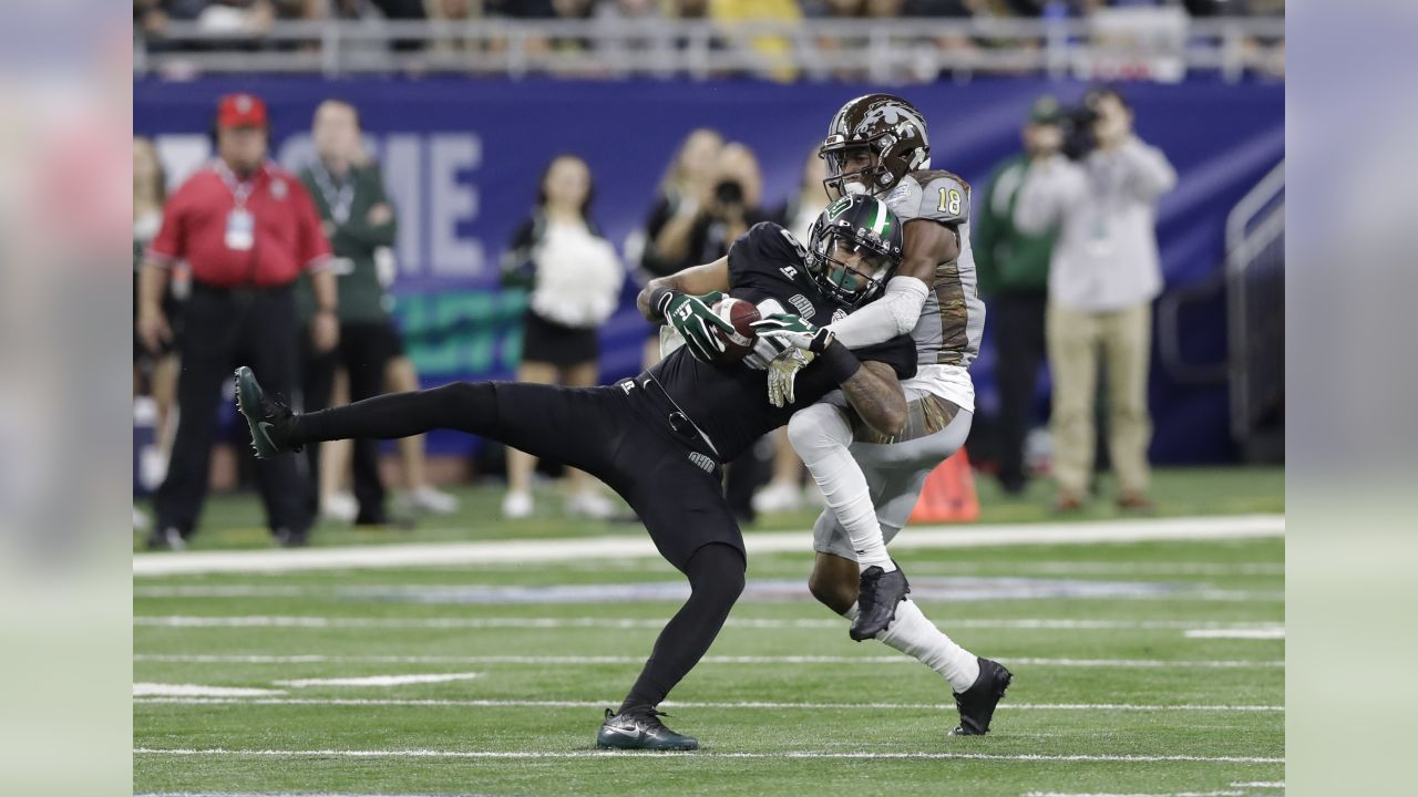 Ohio wide receiver Sebastian Smith (6), defended by Western Michigan defensive back Sam Beal (18), makes a catch during the second half of the Mid-American Conference championship NCAA college football game, Friday, Dec. 2, 2016, in Detroit. (AP Photo/Carlos Osorio)