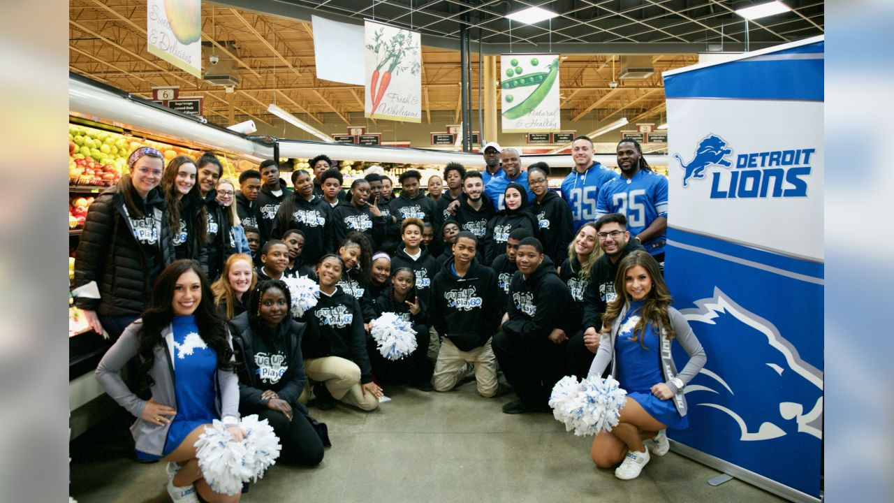 Students from Detroit Lions Academy take a photo with former Detroit Lions linebacker Tim Walton (57), former Detroit Lions running back Joique Bell (35) and Detroit Lions safety Miles Killebrew (35) at Fuel Up to Play60 at Parkway Foods on Wednesday, March 27, 2019 in Detroit.
