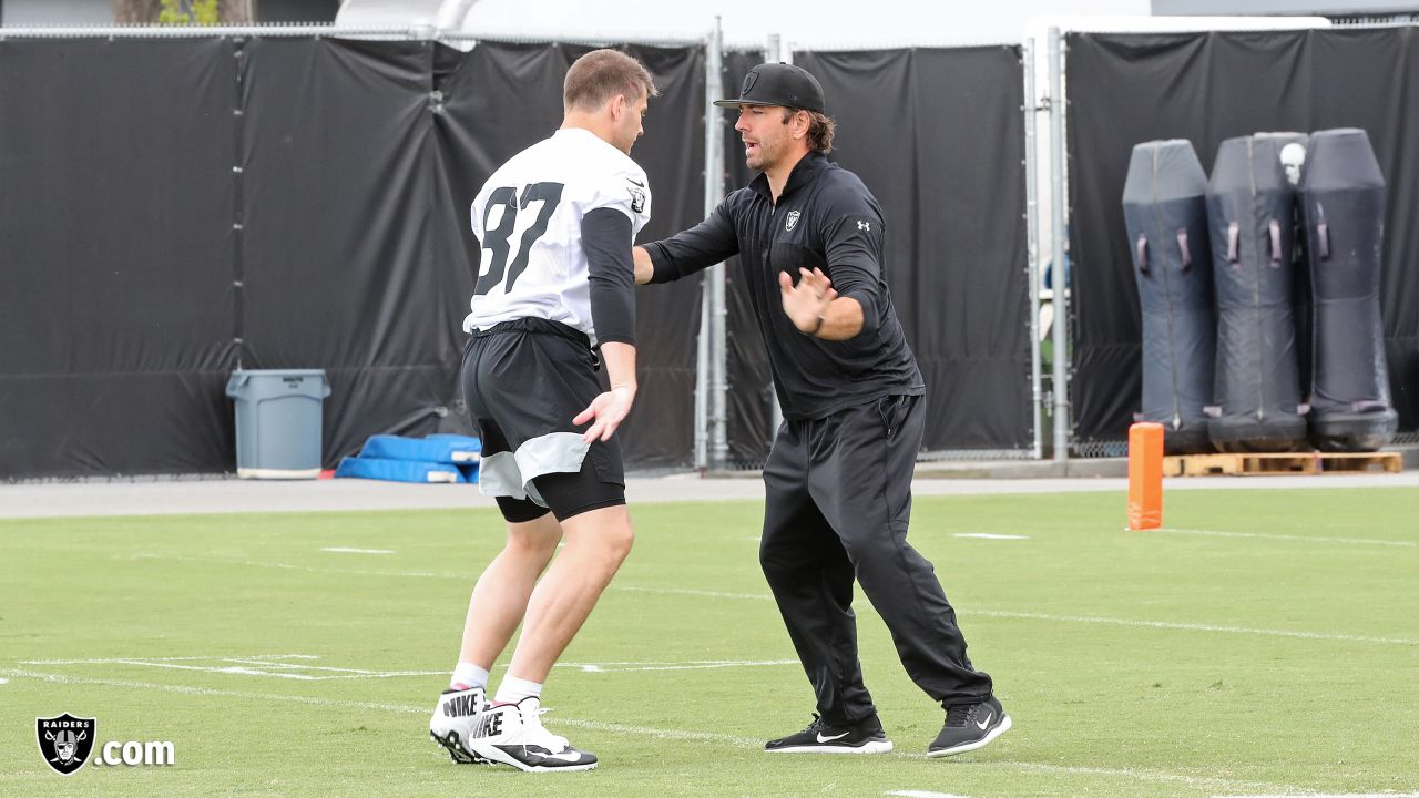 Raiders tight end Foster Moreau (87) and tight ends coach Frank Smith at day three of 2019 Rookie Minicamp at the Raiders Practice Facility in Alameda, Calif.