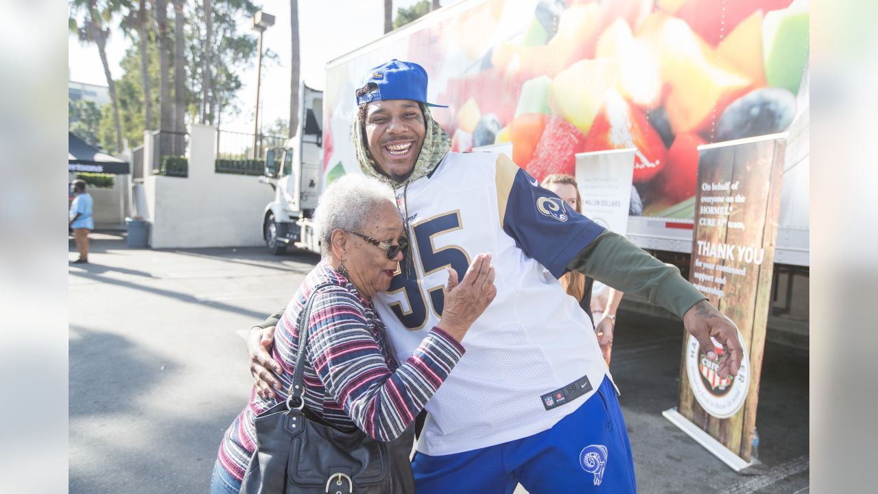 Defensive tackle (95) Ethan Westbrooks of the Los Angeles Rams distributes hams for the holidays to families in need and local non-profits in the Von's parking lot, Tuesday, December 18, 2018, in Inglewood, CA. (Jeff Lewis/Rams)