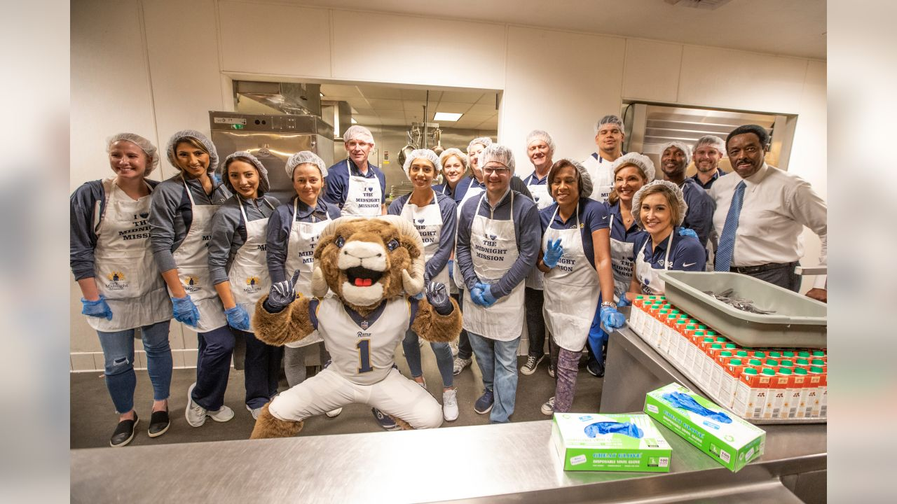 The Los Angeles Rams Community Service Team, Rams Cheerleaders, and Rams Offensive guard #64 Jamil Demby, at The Midnight Mission shelter, preparing and handing out meals for residents of the shelter. December 18, 2018, in Los Angeles, California. (Daniel Bowyer/Rams)