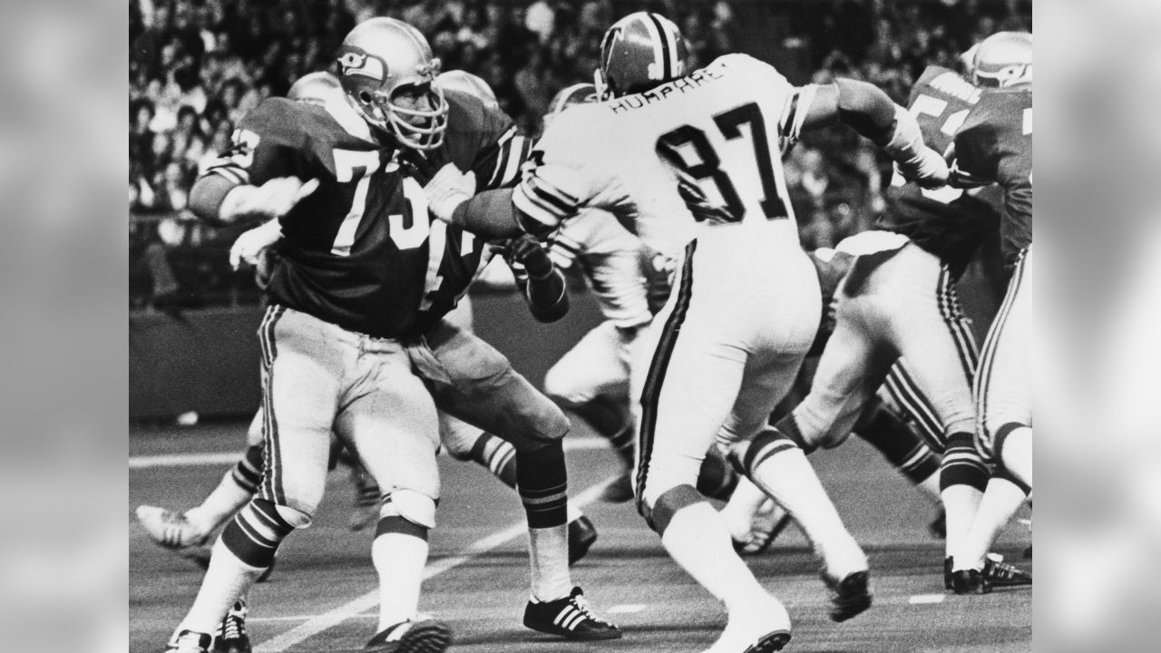Seattle Seahawks tackle Norm Evans (73) prepares to block Atlanta Falcons Hall of Fame defensive end Claude Humphrey (87) during an NFL game in Seattle, Wash., Nov. 7, 1976. The Seahawks defeated the Falcons 30-13. (AP Photo/NFL Photos)