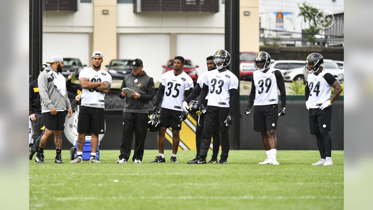 Steelers players practice at the UPMC Rooney Sports Complex during the 2019 minicamp.