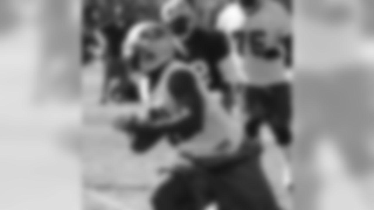 Frank Gore runs after a catch
