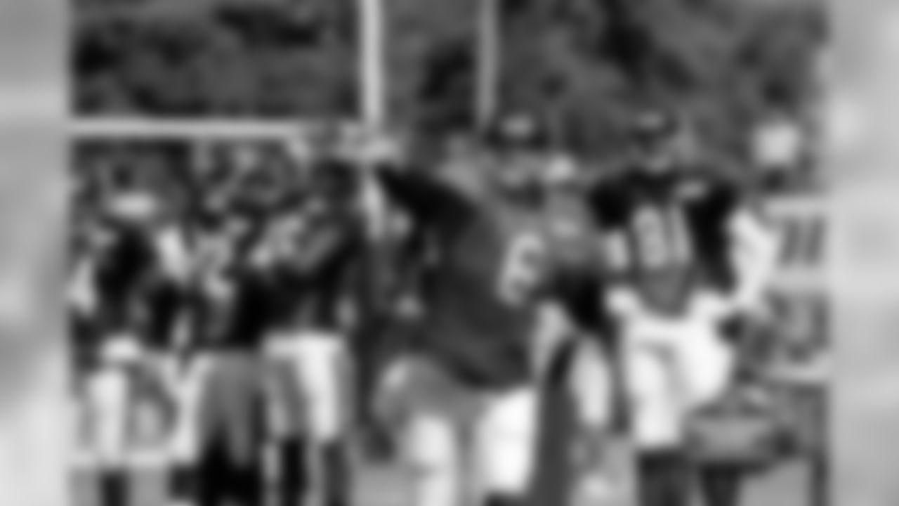 6 QB Jay Cutler rifles a pass downfield.