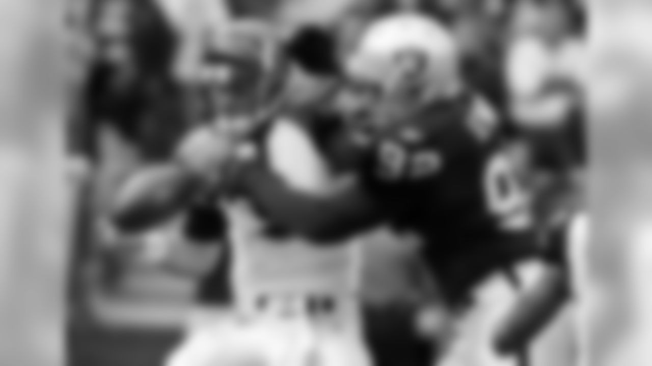 Oakland Raiders defensive end Richard Seymour (92) is unable to sack Cincinnati Bengals quarterback Carson Palmer (9) in the first quarter of an NFL football game, in Oakland, Calif., Sunday, Nov. 22, 2009. (AP Photo/Paul Sakuma)