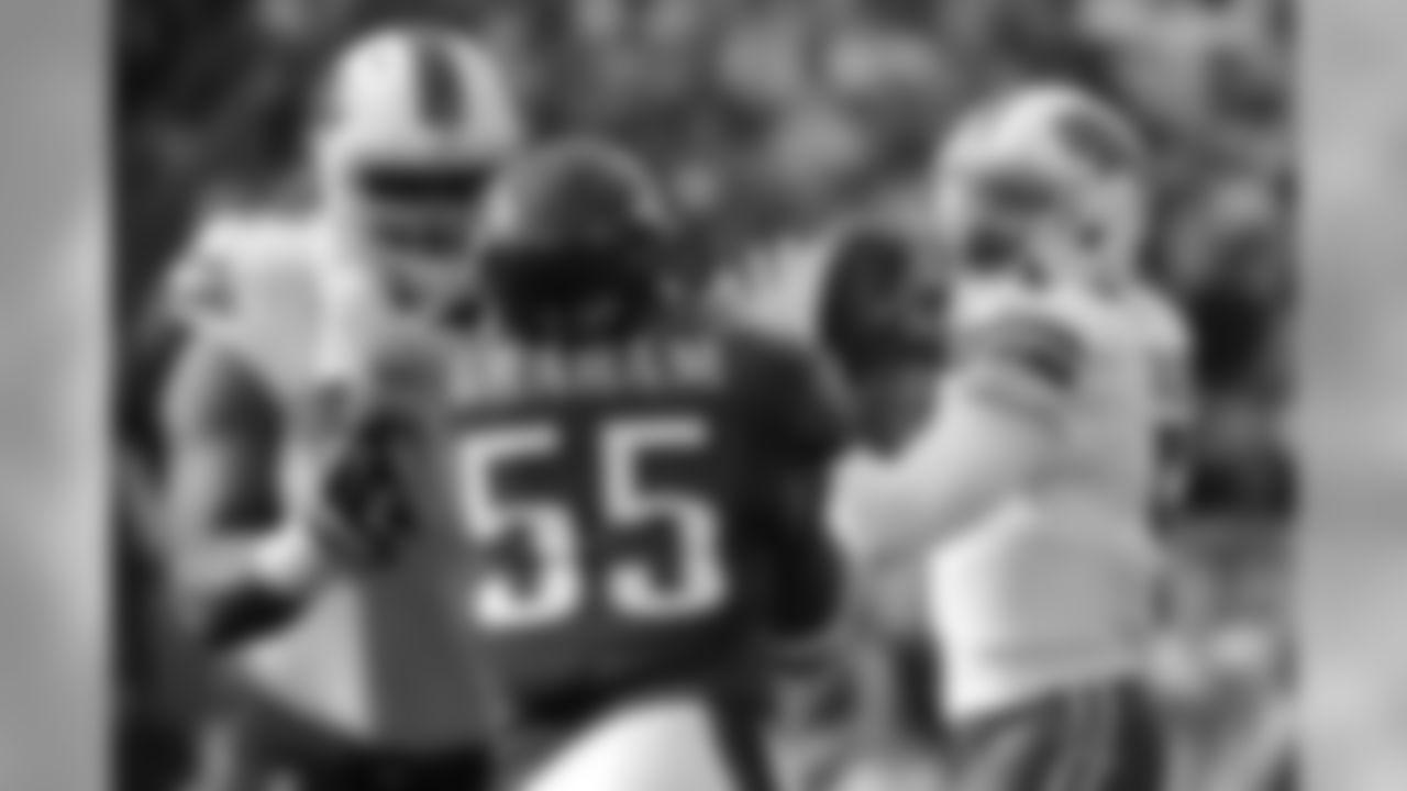 Buffalo Bills' Tyrod Taylor passes during the first half of an NFL football game against the Philadelphia Eagles, Sunday, Dec. 13, 2015, in Philadelphia. (AP Photo/Matt Rourke)