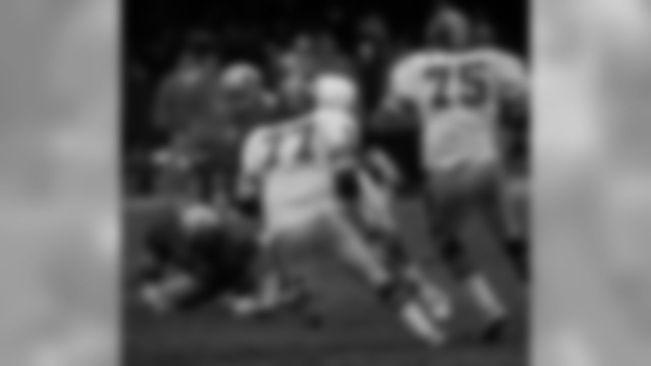 Denver Broncos defensive end Lyle Alzado (77) attempts a tackle during the team's 31-27 victory at the Detroit Lions. Nov. 28, 1974. (Pro Football Hall of Fame via AP Images)