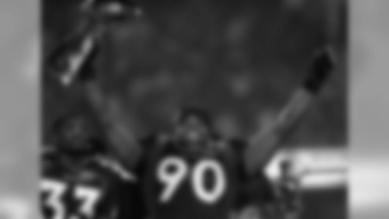 Neil Smith celebrates the Broncos' championship win in Super Bowl XXXII.