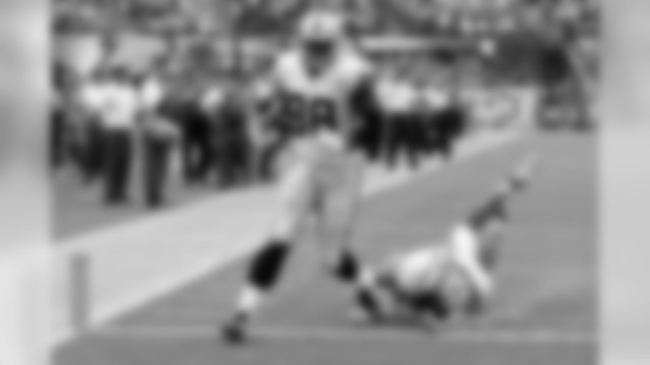 The Raiders got off to a good start by capitalizing on turnovers and a balanced offensive attack. QB Derek Carr found rookie tight end Clive Walford for a 23-yard score on this play.