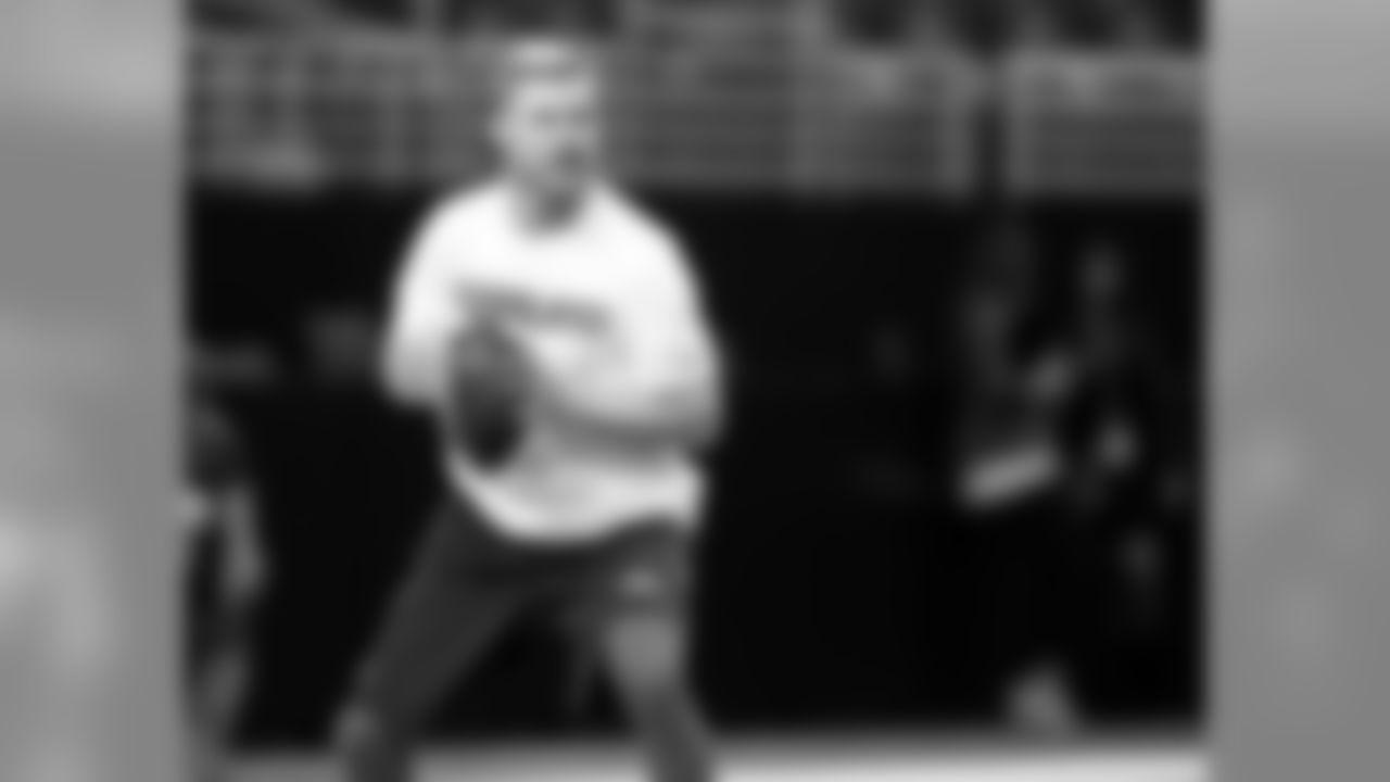 Cleveland Browns quarterback Josh McCown warms up