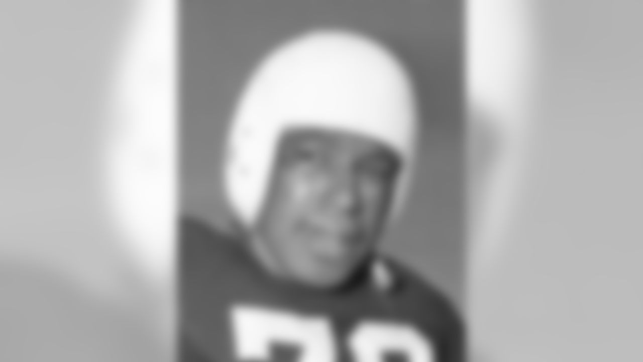 1946 – '51 The Browns debut in the All-American Football Conference with plain white leather helmets and continued to wear them until 1951.