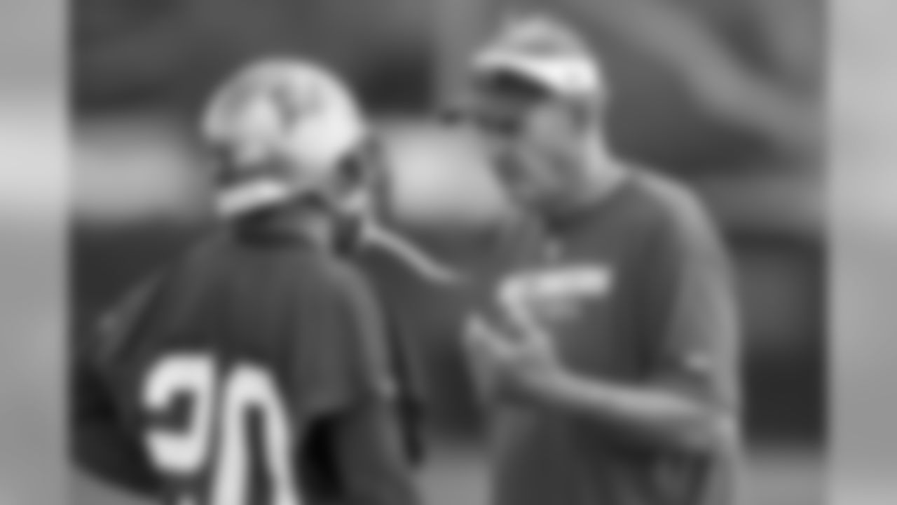 CB Ronde Barber and Defensive Coordinator Monte Kiffin exchange information after a play