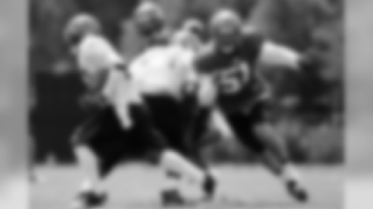 LB Barrett Ruud screams around the edge to pursue the ballcarrier from behind