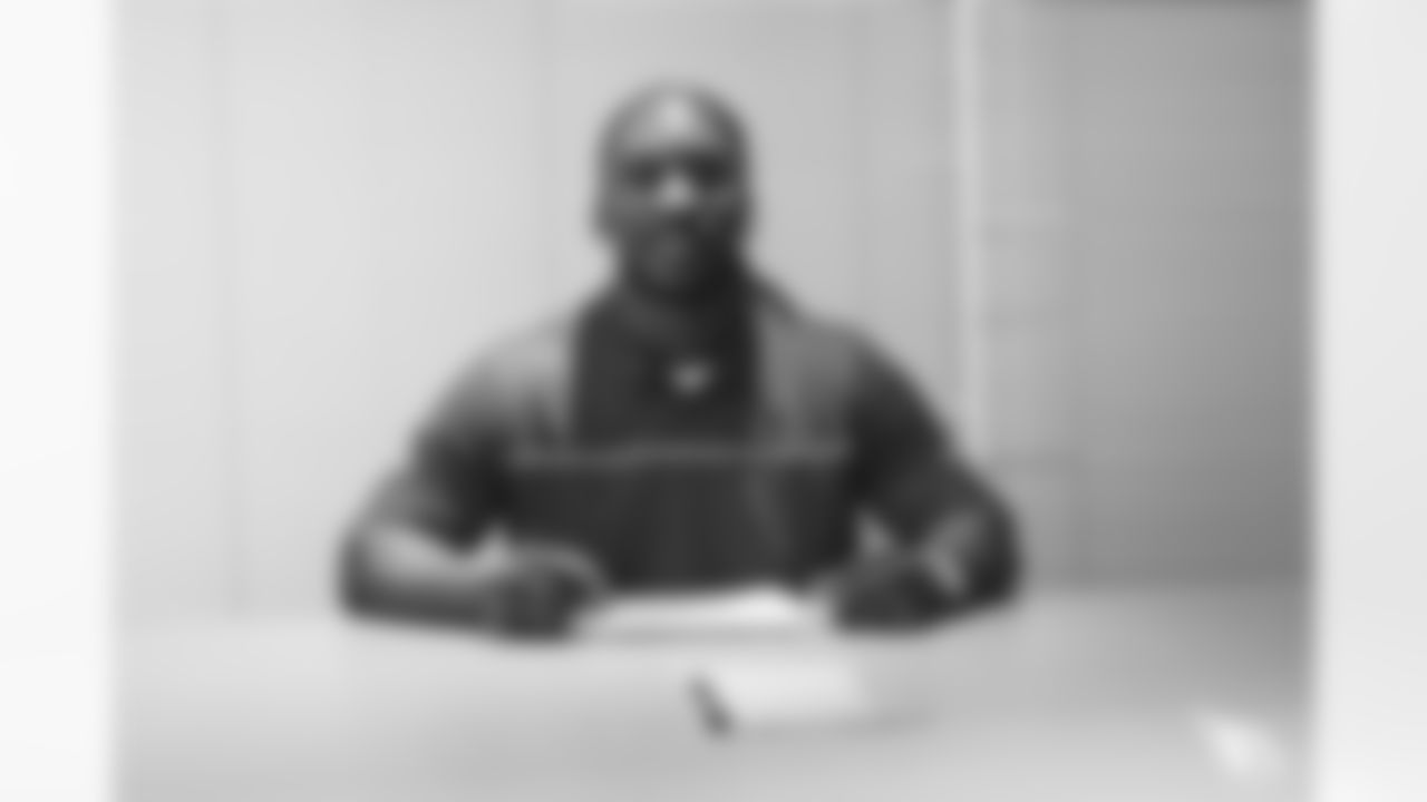 OLB Markus Golden inks his two-year contract.