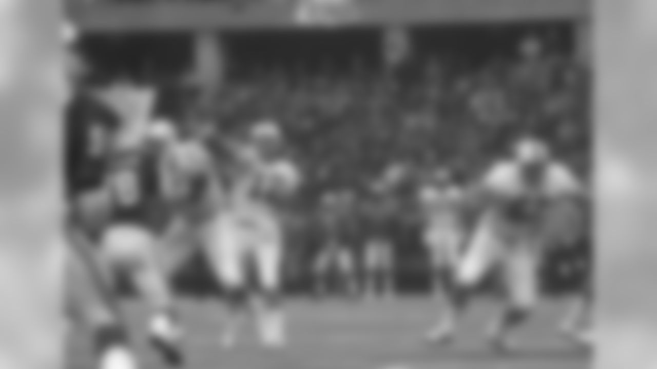 1977: Miami QB Bob Griese lofts a pass